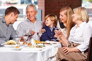 Семейный ужин в ресторане